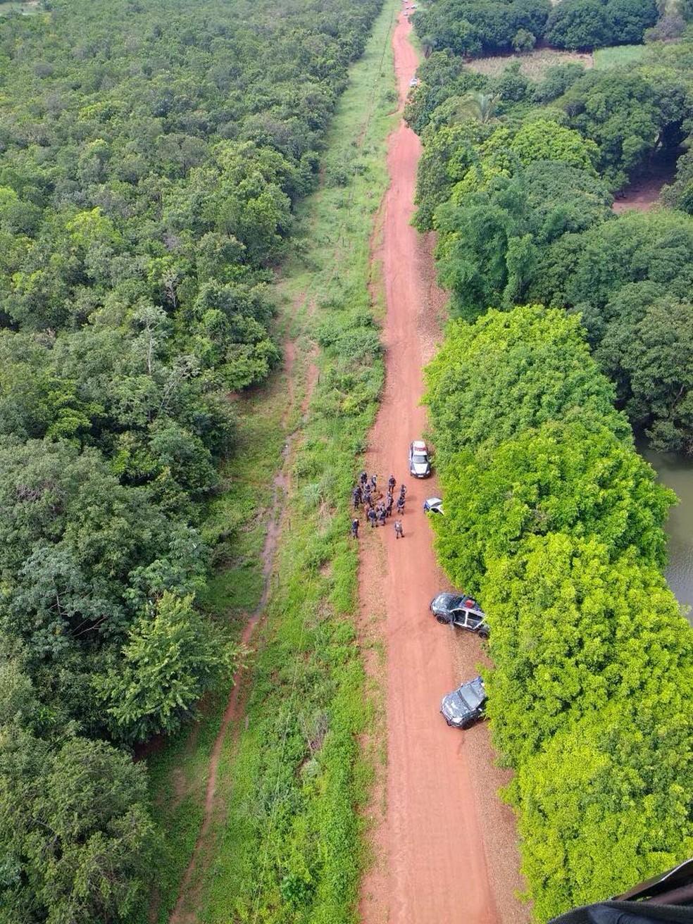 Assaltantes que roubaram fazendas e posto de combustível são presos após se esconderem na lama em MT (Foto: Polícia Militar de MT/Assessoria)