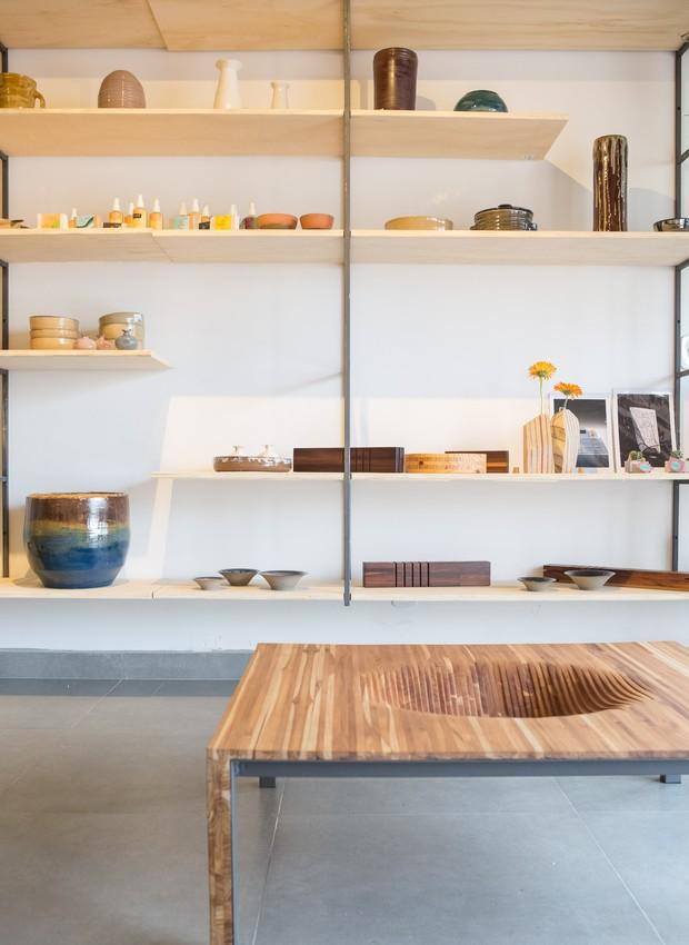 A loja recheada de produtos de designers locais fica no interior do café (Foto: Ricardo Theodoro/ Divulgação )