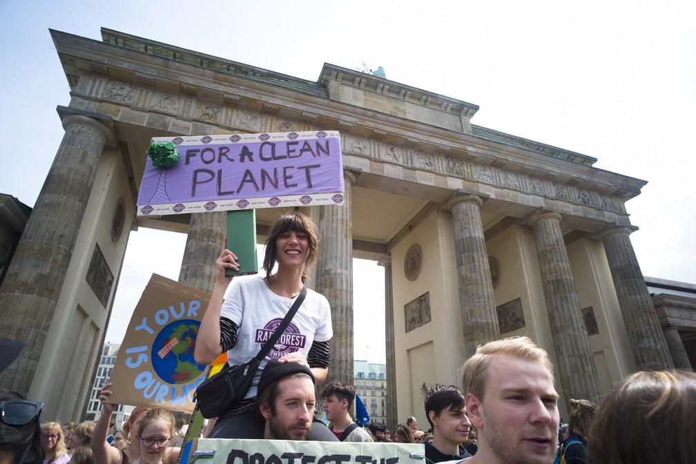 Manifestantes pedem 'um planeta limpo' durante protesto ambientalista em Berlim, na Alemanha, na sexta-feira (24) — Foto: Markus Schreiber/AP Photo