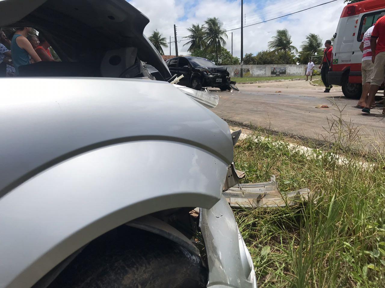 Acidente entre dois carros deixa vítima presa nas ferragens em João Pessoa