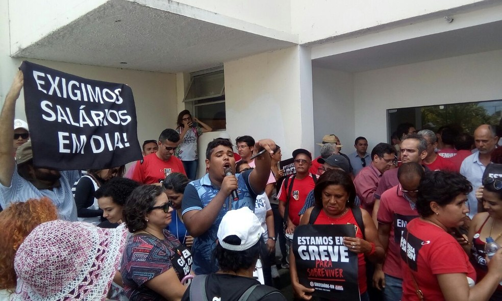 Grevistas tentaram ocupar o prédio da Governadoria, na segunda-feira (13), durante deflagração da greve em Natal (Foto: Divulgação/Aduern)