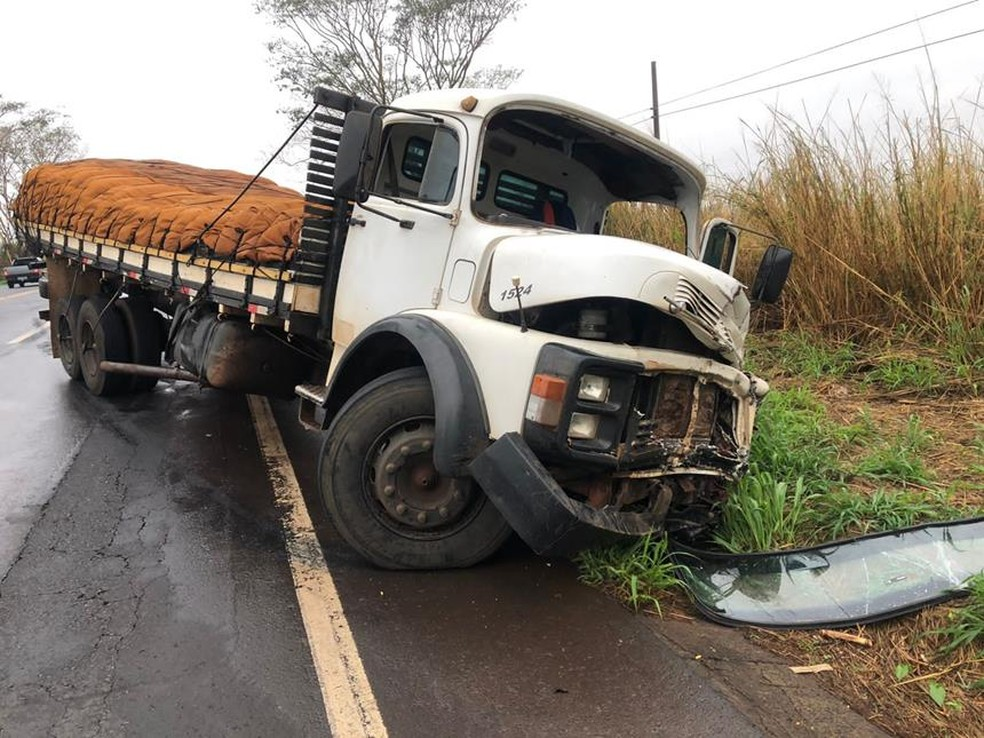 Carro e caminhão bateram de frente em rodovia de Olímpia (SP) — Foto: Olimpia24horas/Divulgação