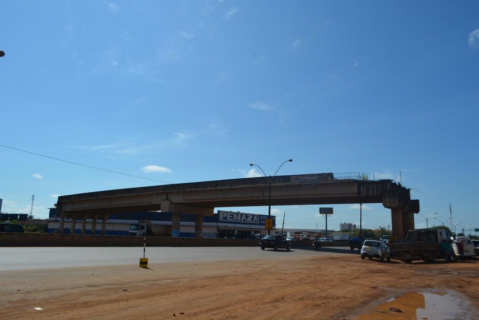 Viaduto da Rua Três e Meio teve as obras retomada pelo Dnit em Porto Velho em maio deste ano (Foto: Hosana Morais/G1)