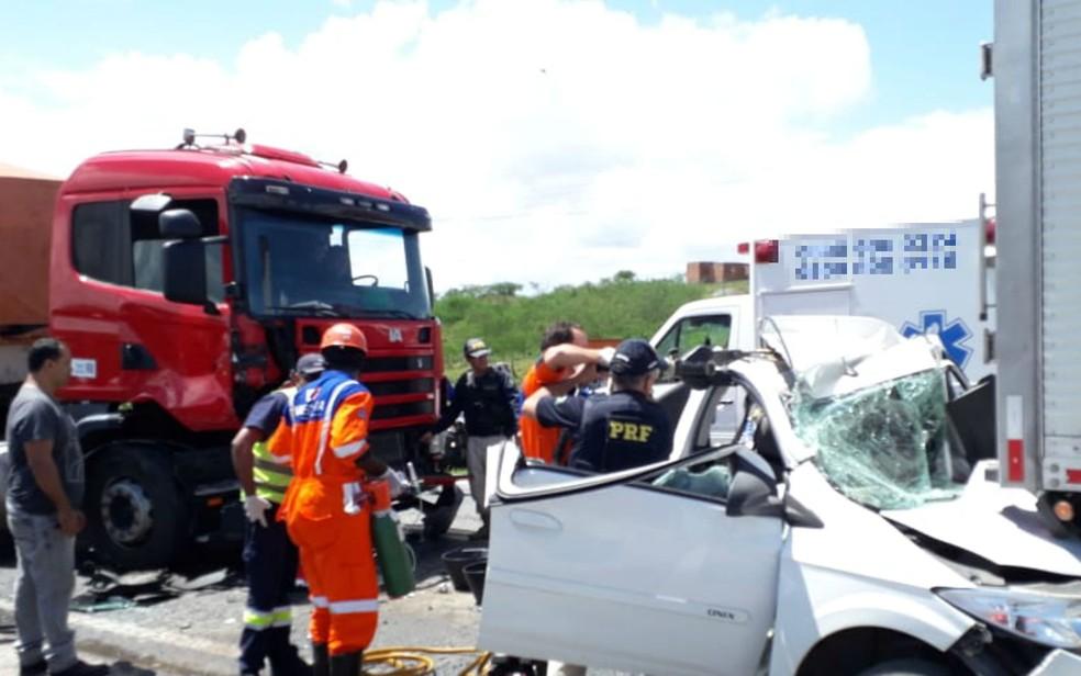 Acidente com duas carretas deixa motorista ferido e carro destruído na BR-116 — Foto: Arquivo pessoal