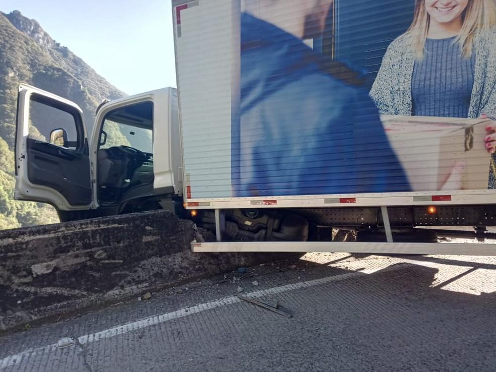 Caminhão ficou pendurado em penhasco na Serra do Rio do Rastro — Foto: PMRv/Divulgação
