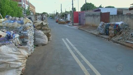 Montanha de material reciclável atrapalha visão de moradores de Assis