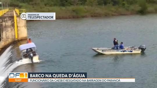 Barco fica à beira da queda d'água na Barragem do Descoberto