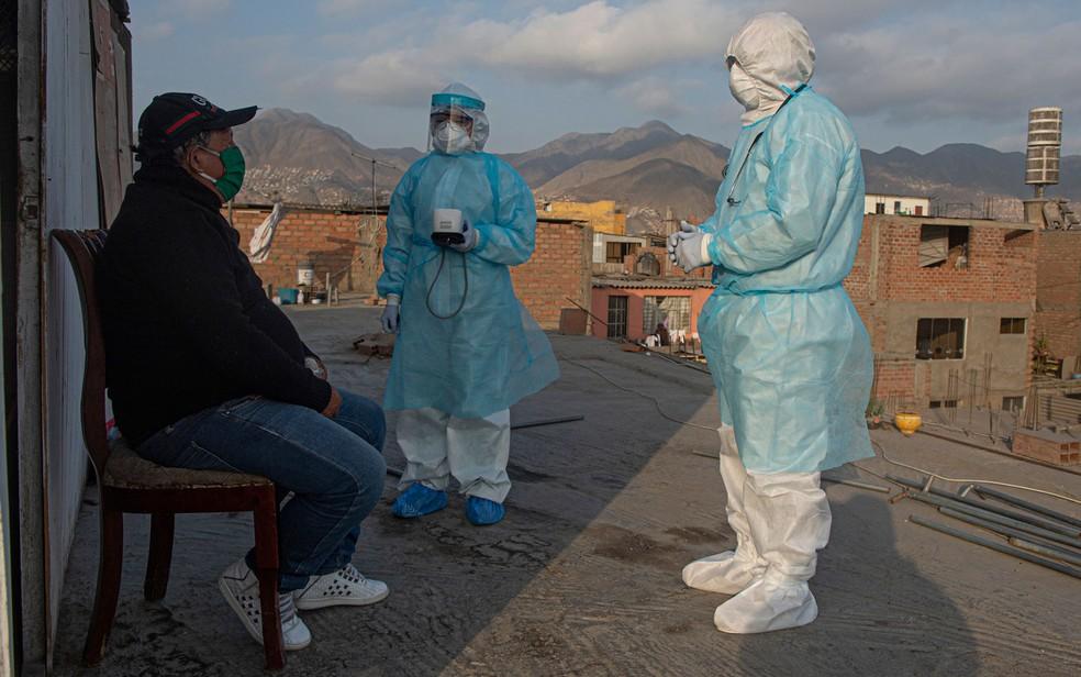 Médicos visitam paciente com Covid-19 em Comas, na região de Lima, no Peru, em 11 de junho — Foto: Ernesto Benavides/AFP