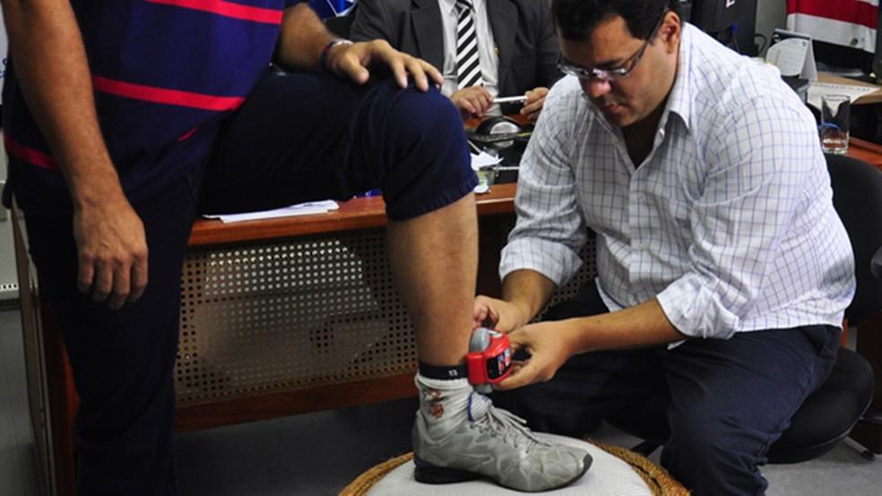 Monitoramento por tornozeleira eletrônica começou a ser usado na Paraíba em 2014 (Foto: Antonio David/Secom-PB)