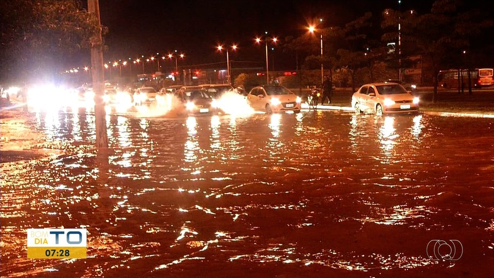 Chuva causa transtornos para motoristas em Palmas — Foto: Reproducao/TV Anhanguera