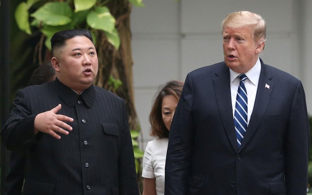 O presidente dos EUA, Donald Trump, e o líder da Coreia do Norte, Kim Jong-un, caminham pelo jardim do hotel Metropole, em Hanói, no Vietnã, na quinta-feira (28) — Foto: Reuters/Leah Millis