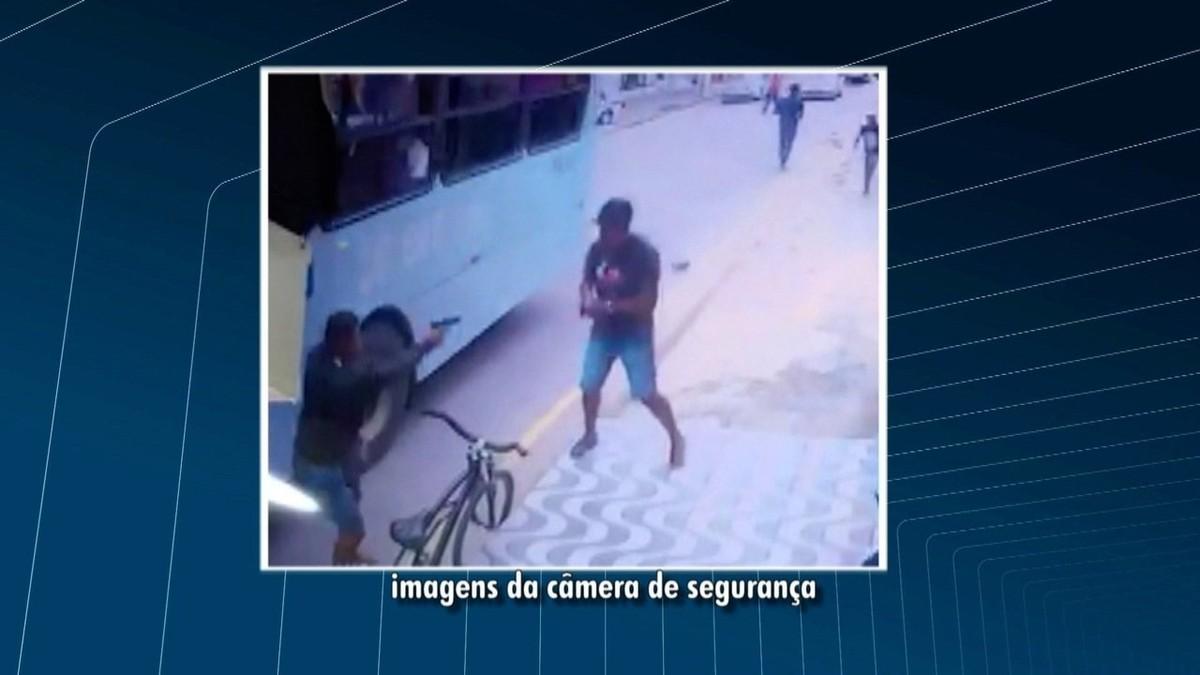 Jovem tenta impedir fuga de suspeito e morre após ser baleado à queima-roupa no RJ; vídeo mostra momento