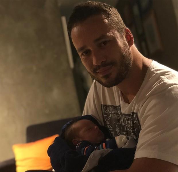 Rodrigo Andrade com Valentim, seu afilhado e filho de Rafael Cardoso e Marti Bridi (Foto: Reprodução/Instagram)