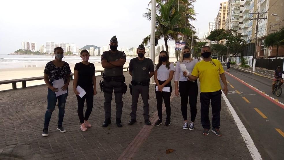 Voluntários distribuem máscaras e orientam as pessoas que tiverem circulando sem proteção em Guarujá — Foto: Divulgação/Prefeitura de Guarujá