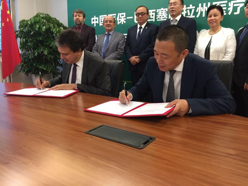 O governador do Ceará, Camilo Santana, assina acordo com Gao Yuwen, presidente da estatal chinesa Meheco, em Pequim (Foto: Divulgação)