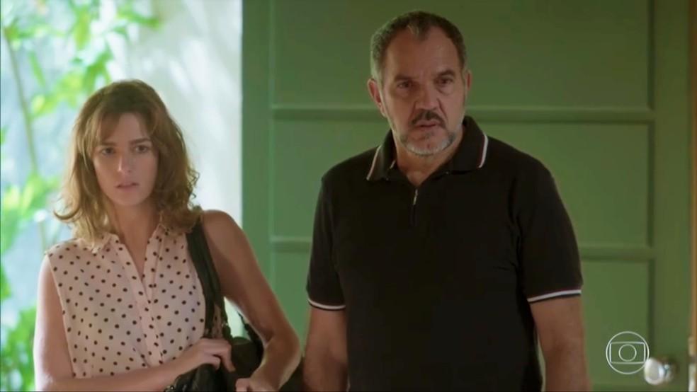 Sofia (Priscila Steinman) chega na mansão com Germano (Humberto Martins) — Foto: TV Globo