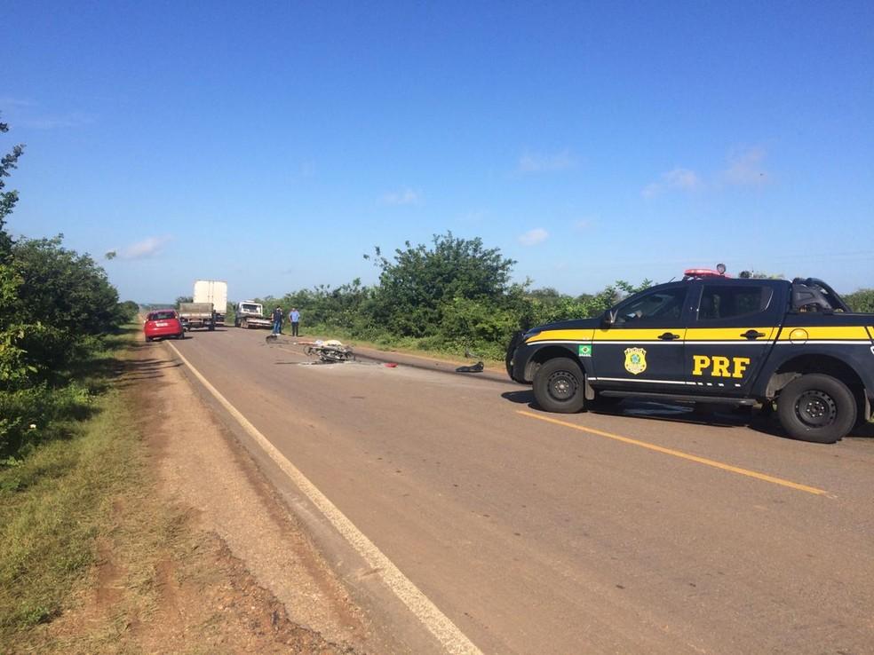 Motociclista morreu no local. Acidente aconteceu na BR-405, em Mossoró — Foto: Hugo Andrade/Inter TV Costa Branca