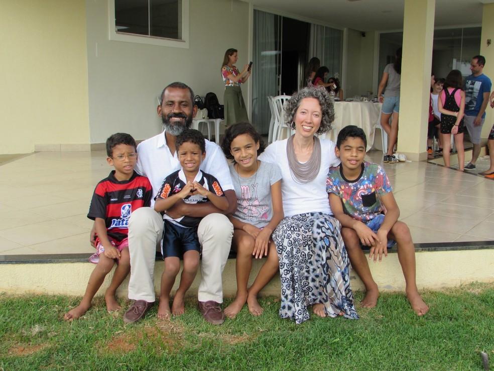 Renata e Bernardo com os filhos Davi (11), Samira (10), Raphael (6) e Gabriel (4) — Foto: Arquivo pessoal
