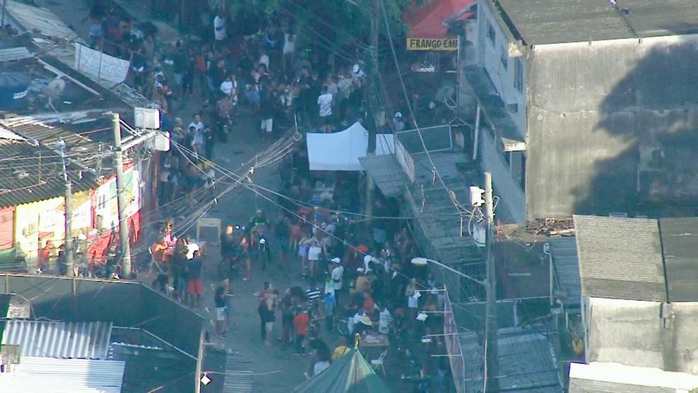 Baile na Cidade de Deus atravessa a madrugada e provoca aglomeração — Foto: Reprodução/TV Globo