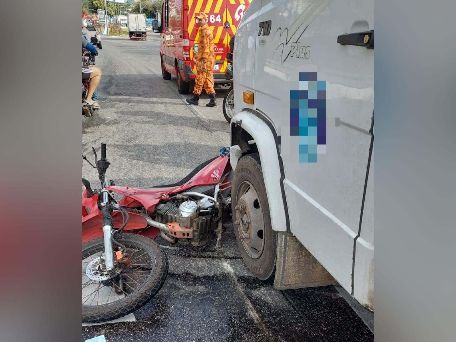 Colisão entre caminhão e motocicleta deixa uma pessoa morta na BR-116, em Fortaleza