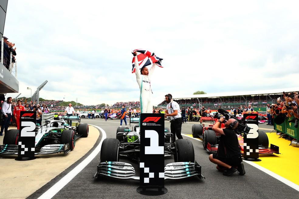Lewis Hamilton comemora a vitória em Silverstone — Foto: Getty Images
