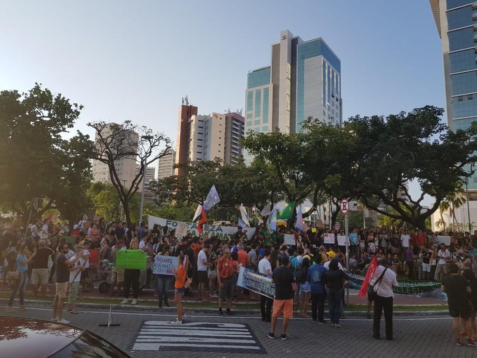 Manifestantes se reúnem na Praça Portugal em protesto a favor da Amazônia. — Foto: Wolney Batista/ Sistema Verdes Mares
