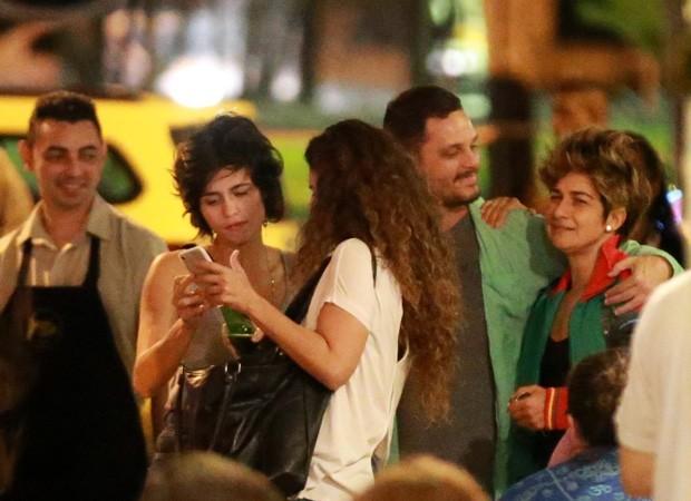 Nanda Costa e Lan Lan com amigos  (Foto: THIAGO MARTINS/AGNEWS)