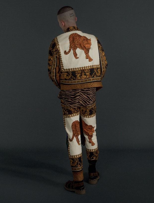 Jaqueta R$ 9.600 e calça R$ 7.920 Versace   Camisa Bottega Veneta R$ 2.590   Meias Cotton On R$ 39.90 (Foto: Gabriela Schmidt)