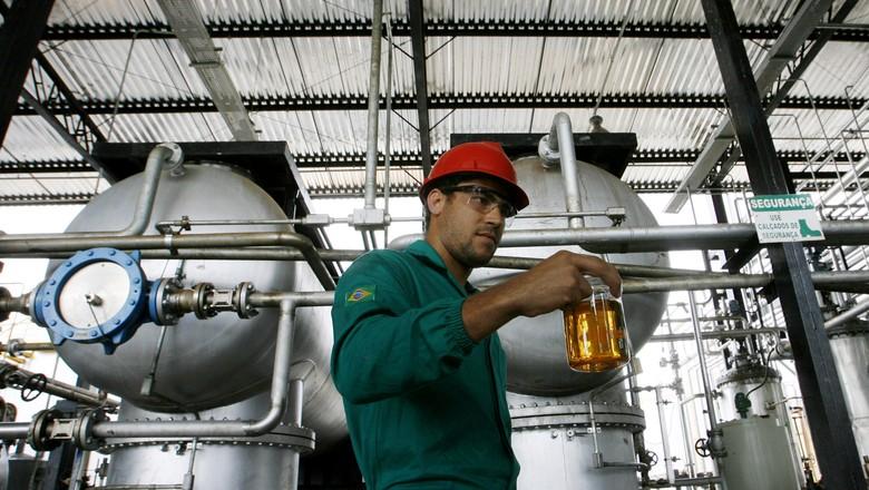 Trabalhador com amostra de biodiesel em Iraquara (BA) (Foto: REUTERS/Jamil Bittar)