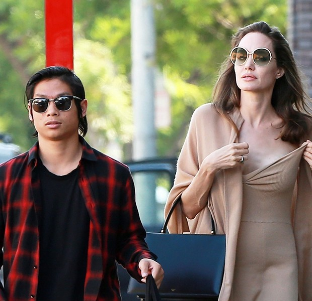 Los Angeles, CA  - *EXCLUSIVE*  - Angelina Jolie and her son Pax grab lunch at Perch restaurant in Downtown LA before going shopping on Melrose Place.Pictured: Angelina Jolie, Pax Jolie-PittBACKGRID USA 26 AUGUST 2018 USA: +1 310 798 9111 / usasales (Foto: 4CRNS / Javiles / WCP / BACKGRID)