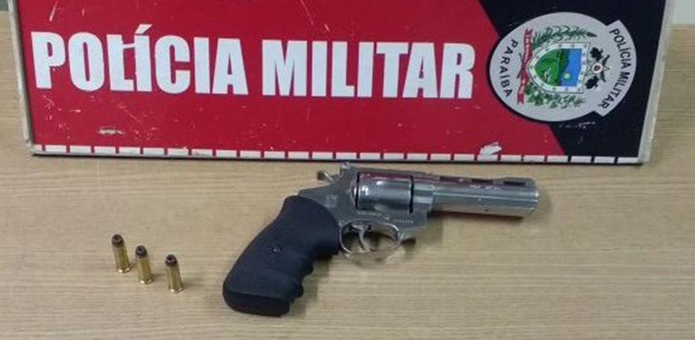 Revólver calibre 38, cromado, com três munições foi encontrado na cintura de Aldair Playboy, diz PM (Foto: Capitão Clecitoni Albuquerque/Polícia Militar da Paraíba )