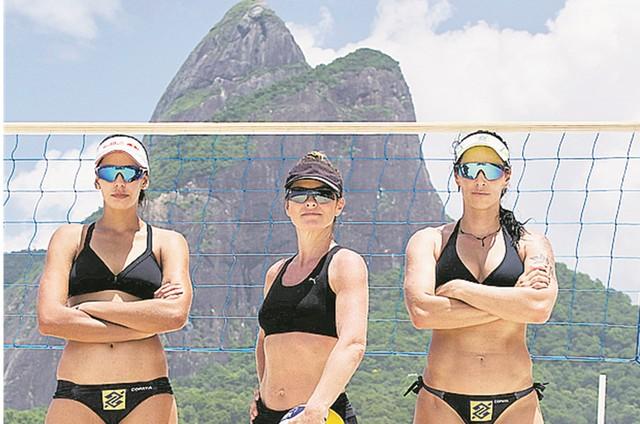 Juliana Sanacom a dupla do vôlei de praia Agatha e Duda (Foto: Filipe Costa)