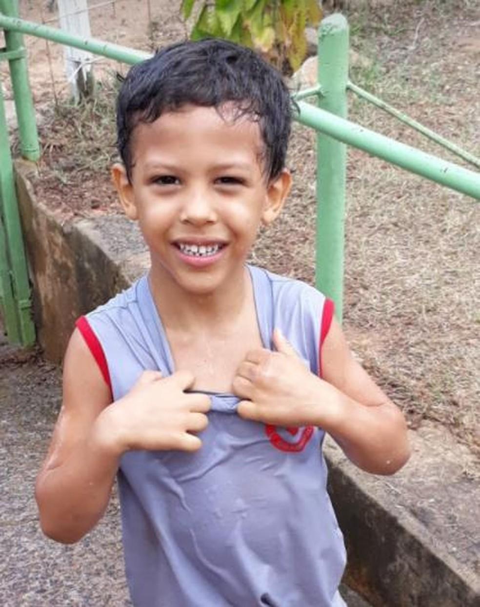 Davi Barbosa, de 5 anos, estava com a mãe em um velório quando correu e desapareceu — Foto: Redes Sociais