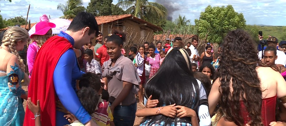 Os voluntários da Liga do Bem saíram do Mato Grosso do Sul para levar mais alegria para as crianças do interior de Petrolina (Foto: Reprodução / TV Grande Rio)