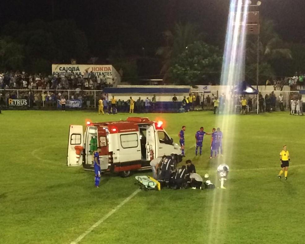 Momento em que Wallyson é atendido em campo — Foto: Renan Silva/98 FM Natal