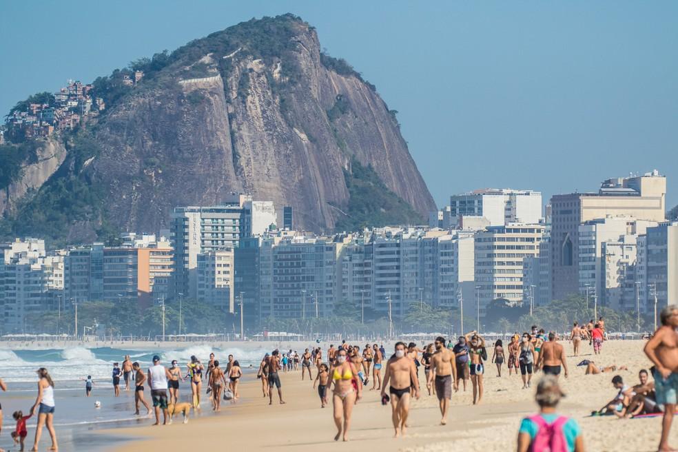 5 de julho - Movimentação de banhistas na praia do Leme, na zona sul do Rio de Janeiro, neste domingo (05) — Foto: Ellan Lustosa/Código19/Estadão Conteúdo