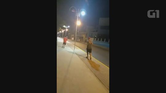 Dupla é flagrada chutando e danificando postes de luz em SP; vídeo
