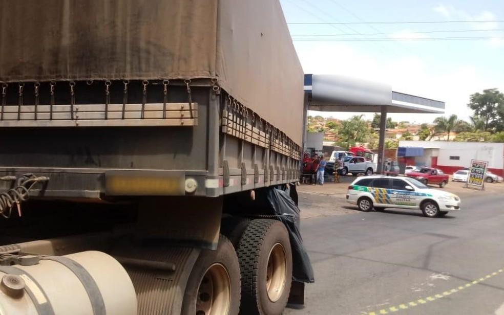 Acidente entre carreta e bicicleta mata garoto de 8 anos e deixa a irmã, de 11, ferida em Nerópolis — Foto: PRE/Divulgação
