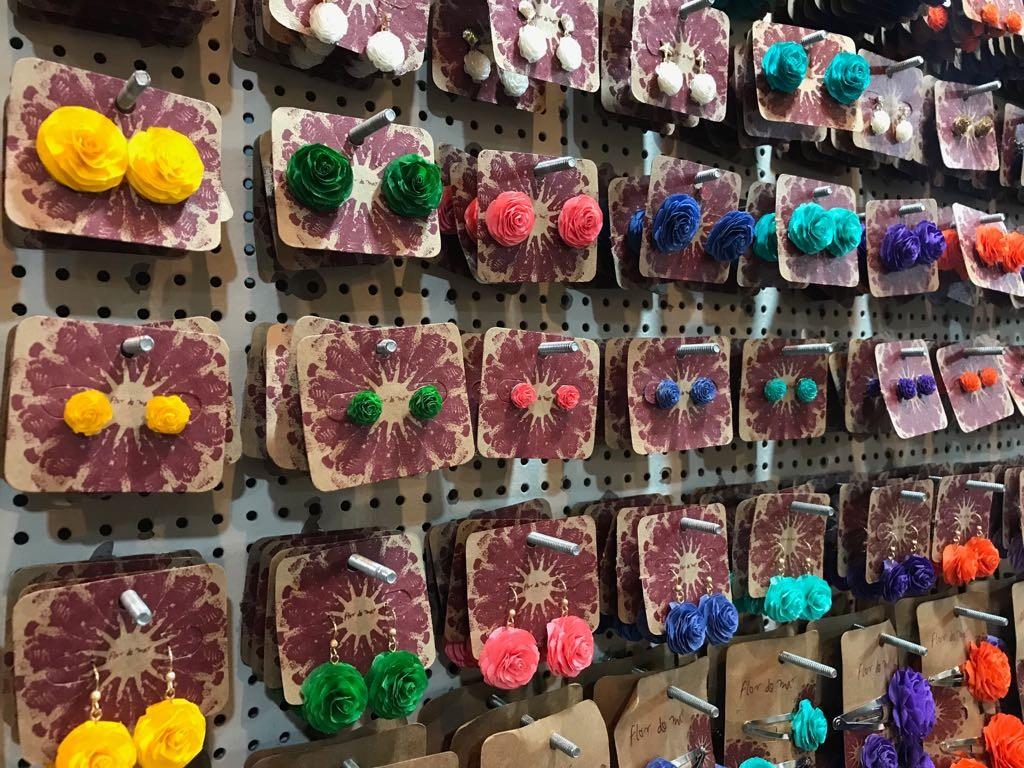 Escamas e couro de peixe são reaproveitados e viram artesanato na Fenearte