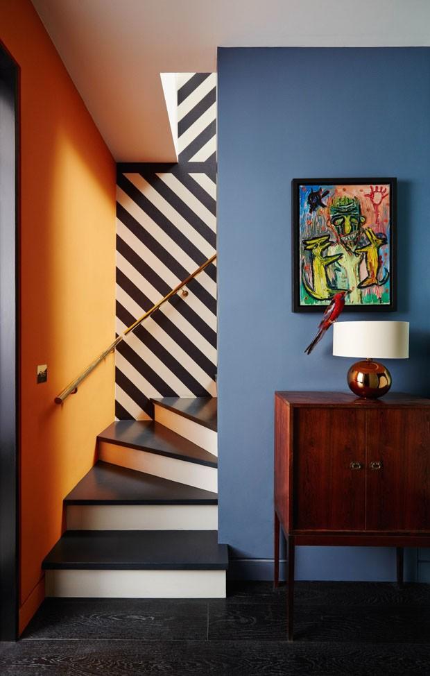 Décor do dia: Escada com cores complementares e listras (Foto: Divulgação)