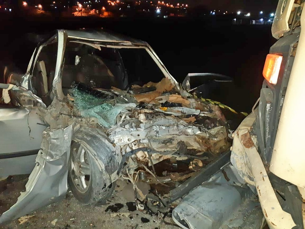 Carro ficou destruído após colidir em caminhão na BR-424, em Garanhuns — Foto: PRF/Divulgação