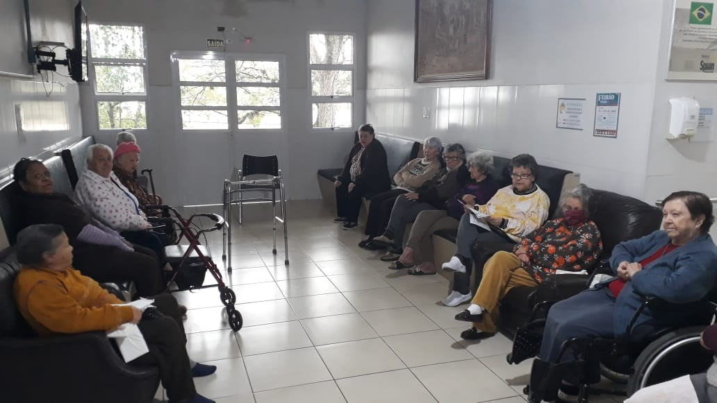 Projeto leva literatura até lar de idosos em Porto Alegre