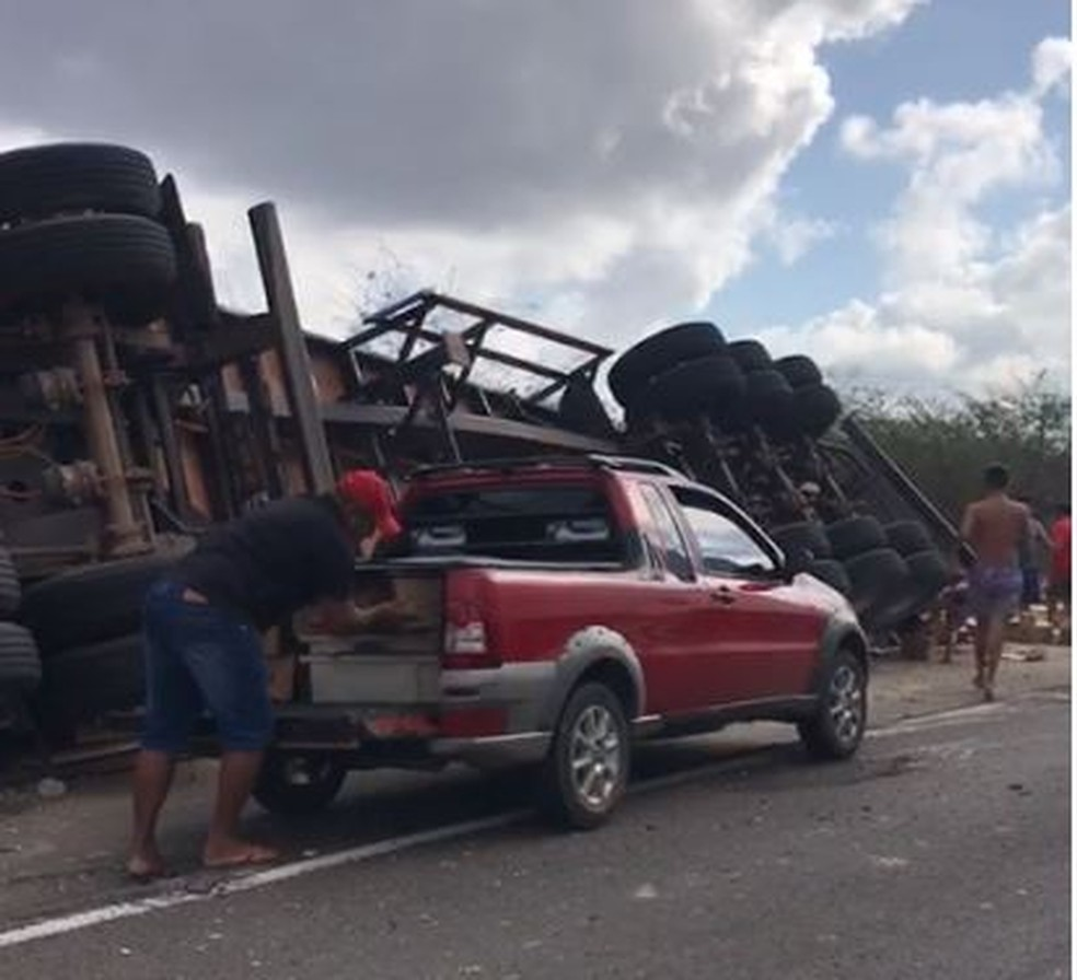 Veículo ficou caído às margens da BR-222, em São Luis do Curu, e carga foi saqueada por pessoas que passavam pelo local. — Foto: Reprodução