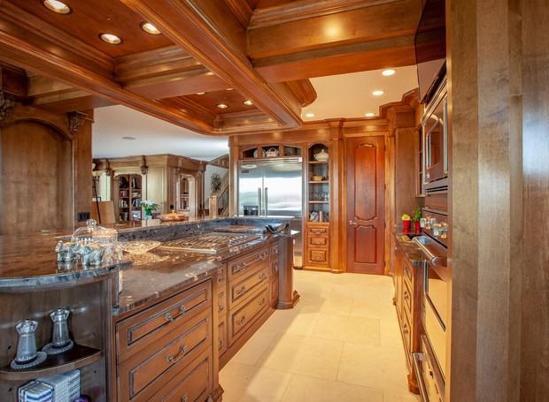 No interior, a madeira domina os móveis (Foto: Facebook/ Reprodução)
