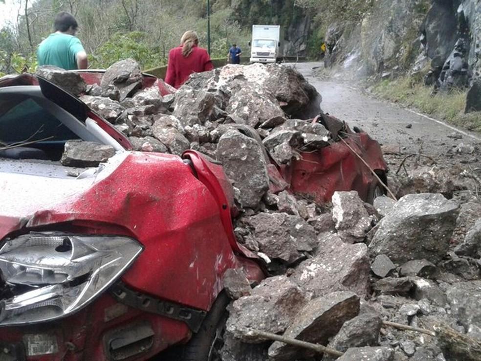 Veículos já foram atingidos e pessoas ficaram feridas em quedas de barrerias na  Serra do Rio do Rastro — Foto: PMRv/Divulgação