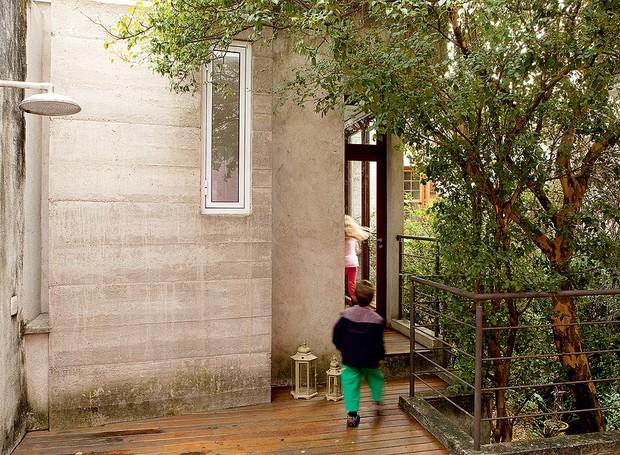 O arquiteto Carlos Verna reduziu a área da casa, antes de 300 m², em 20 m² para criar um terraço sobre a laje da lavanderia. Agora as crianças têm chuveirão e ficam na altura da copa da pitangueira. Assim, fica fácil colher as frutas (Foto: Edu Castello/Casa e Jardim)
