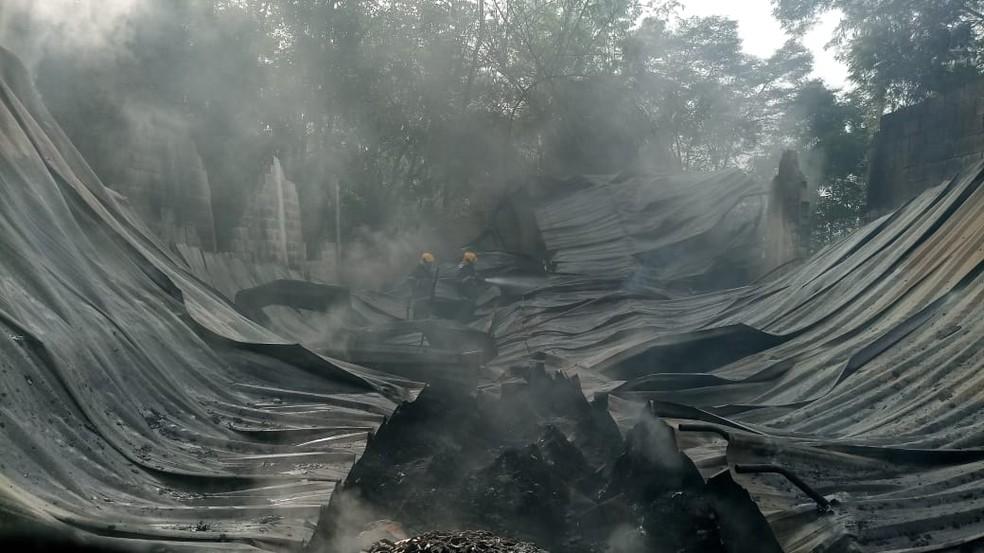 Incêndio atingiu parte de galpão e materiais recicláveis (Foto: Corpo de Bombeiros/Divulgação)