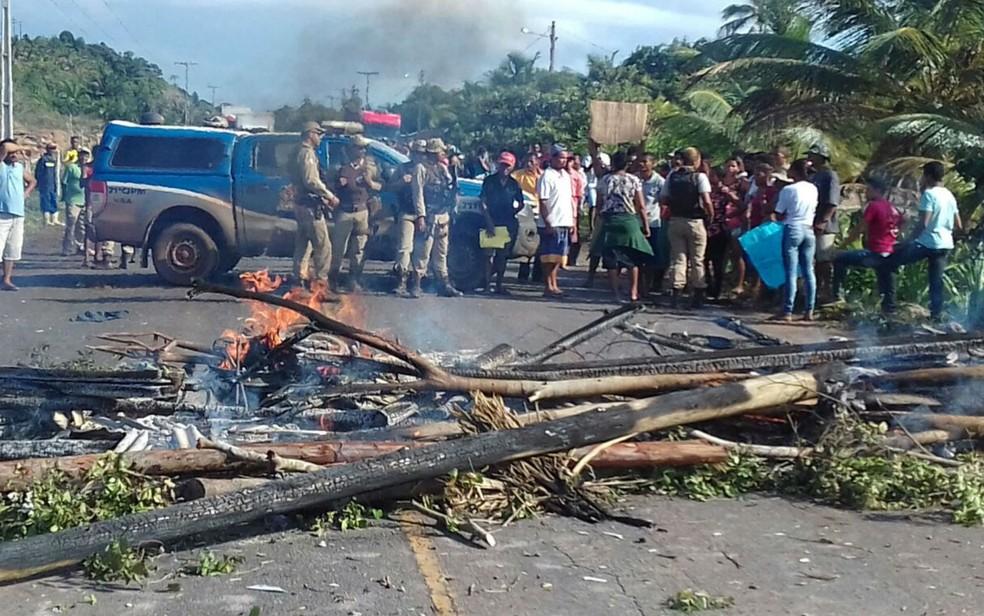 Manifestantes bloquearam a BA-001 com troncos, por causa de reintegração de posse na cidade de Canavieiras (Foto: Divulgação/Polícia Militar)