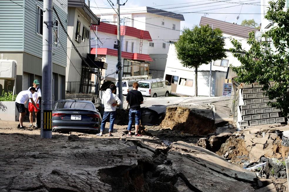 -  Moradores observam nesta quinta-feira  6  o estrago provocado por terremoto em Sapporo, na Ilha de Hokkaido, no norte do Japão  Foto: Hiroki Yamauchi