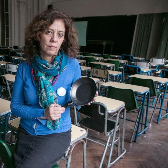 Fabiana Carrizo, com a panela que leva a protestos em Buenos Aires. Próxima passeata será a favor dos professores (Foto: RICARDO CEPPI)